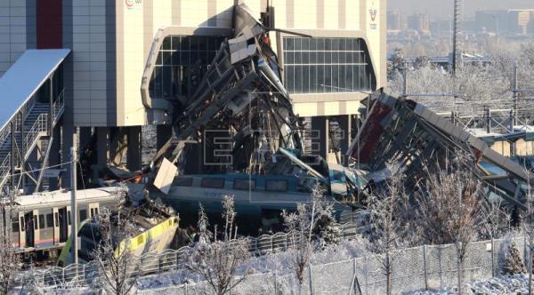 Ankara, treno ad alta velocità contro locomotiva: morti e feriti